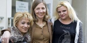 Sabine Constabel (m.), Leiterin der Anlaufstelle des Caritasverbandes fŸr Prostituierte in Stuttgart, mit Klientinnen, 5.3.2013